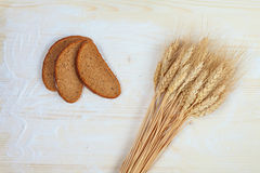 Rustikales Brot und Ohren des Weizens Lizenzfreie Stockbilder