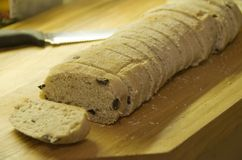 Rustikales ciabatta Brot mit Oliven Stockfotos