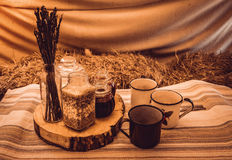 Rustikales Frühstück in der Hütte Stockfotos