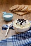 Rustikales Frühstück mit Hüttenkäse lizenzfreie stockfotos