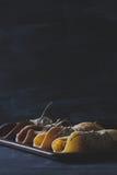 Rustikales Frühstück mit Schokoladenpfannkuchen auf Tafel Stockfotografie