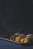 Rustikales Frühstück mit Schokoladenpfannkuchen auf verkratztem blackboar Lizenzfreie Stockfotos