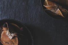 Rustikales Frühstück mit Schokoladenpfannkuchen in den rostigen Fischrogenwannen auf DA Stockfotografie