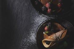 Rustikales Frühstück mit Schokoladenpfannkuchen in den rostigen Fischrogenwannen auf DA Lizenzfreies Stockfoto