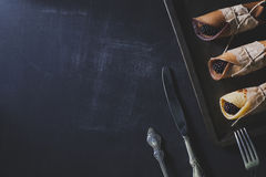 Rustikales Frühstück mit Schokoladenpfannkuchen und -brombeeren Lizenzfreies Stockfoto
