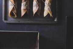 Rustikales Frühstück mit Schokoladenpfannkuchen und -brombeeren auf bla Lizenzfreie Stockfotografie