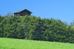 Rustikales Gebäude in den österreichischen Alpen stockfotos