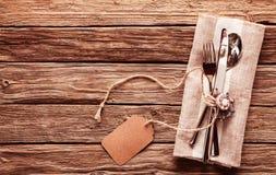 Rustikales Gedeck mit Tischbesteck und leerem Tag Stockfotos