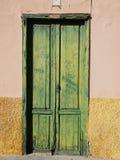 Rustikales gelbes Landhaus mit einer alten grünen Tür in Puerto de la Cruz in Teneriffa stockbilder