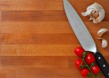 Rustikales hölzernes Brett mit Messer auf ihm lizenzfreies stockbild