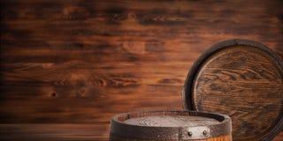 Rustikales hölzernes Fass auf einem Nachthintergrund Lizenzfreie Stockfotografie