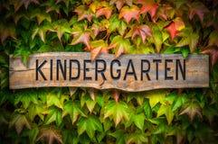 Rustikales hölzernes Kindergarten-Zeichen stockfotos