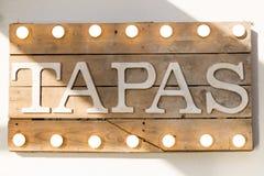 Rustikales hölzernes Tapasbrett Lizenzfreies Stockfoto