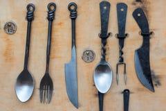 Rustikales handgemachtes Tischbesteck eingestellt auf hölzernes Brett stockfotos