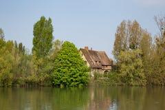 Rustikales Haus auf den Banken der Seines in Les Andelys in Normand stockfotos