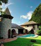 Rustikales Haus mit Pool zwischen den Kletterhaken Lizenzfreie Stockfotos