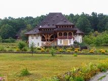 Rustikales Haus nahe Kirche von Botiza Lizenzfreie Stockfotos