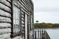 Rustikales Holzfassadehaus auf der Seeseite Lizenzfreie Stockbilder