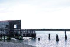 Rustikales Holzfassadehaus auf der Seeseite Lizenzfreie Stockfotos