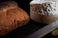 Rustikales Landbrot und französischer Käse lizenzfreie stockbilder