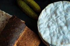 Rustikales Landbrot und französischer Käse lizenzfreies stockbild