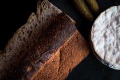Rustikales Landbrot und französischer Käse stockfoto