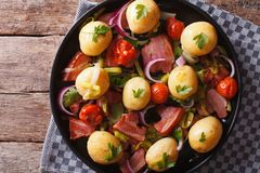Rustikales Lebensmittel: Frühkartoffeln mit Speck auf Platte horizontale Spitze VI Lizenzfreie Stockbilder