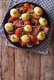 Rustikales Lebensmittel: Frühkartoffeln, Zwiebeln, Tomaten und Draufsicht des Speckes Stockfoto