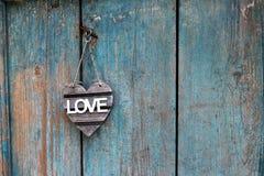 Rustikales Liebeszeichen auf einem alten Blau verwitterte Tür Lizenzfreies Stockbild