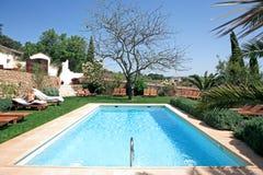Rustikales Luxuxhotel und Swimmingpool in der Landschaft lizenzfreie stockfotografie