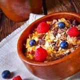 Rustikales muesli Frühstück mit Waldfrüchten Stockbild