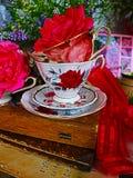 Rustikales noch lebens- der Weinlese in einer Tasse Tee stockfotografie