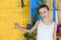Rustikales Porträt einer jungen Frau Stockbild