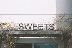 Rustikales süßes Zeichen lizenzfreies stockbild