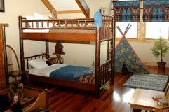 Rustikales Schlafzimmer der jungen Jungen Lizenzfreie Stockfotografie