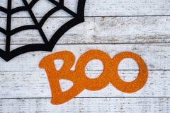 Rustikales schwarzes spiderweb und Buh drücken Halloween-Hintergrundkonzept aus stockfotografie