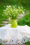 Rustikales Stillleben mit Blumenblumenstrauß Stockbild