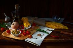 Rustikales Stillleben mit Spaghettis und Olivenöl stockfotografie