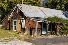 Rustikales Tin Roof Cabin With Wood-Klotz-Abstellgleis stockbild