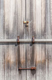 Rustikales Vorhängeschloß auf hölzerner Einstiegstür im Ackerland Lizenzfreie Stockfotografie