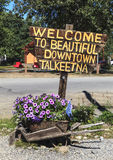 Rustikales Zeichen begrüßt Besucher zu Talkeetna in Alaska Stockfotografie