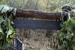 Rustique en bois de signe de panneau d'affichage de forêt Photos libres de droits