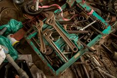 Rusty Adjustable Wrenches/Moersleutels met Oude Vuile Hulpmiddelen op Concrete Vloer - de Kleurrijke Achtergrond van Vinatge stock afbeeldingen