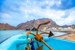 Rusty Anchor em um barco Fotos de Stock