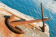 Rusty Anchor op de Pijler in Portovenere stock afbeelding