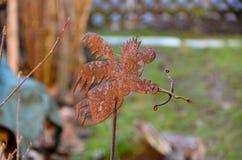 Rusty Angel-Statue im Garten lizenzfreies stockbild