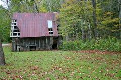 Rusty Barn, folhas da queda imagem de stock royalty free