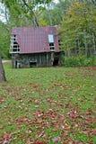 Rusty Barn, queda deixa o vertical foto de stock royalty free