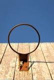 Rusty Basketball Hoop e bordo anziani fotografia stock