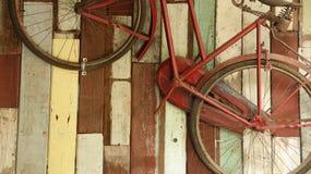 Rusty Bike d'annata sulla vecchia parete di legno immagini stock